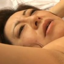 【無修正】完熟まんこから大量に潮吹く還暦熟女との濃厚なセックス!膣内にたっぷりとザーメンを中出しして汁が垂れてますw 熟女動画