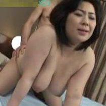 揉みごたえのある巨乳と体…五十路熟女が激しいセックスに体を震わせながら中出しされる!