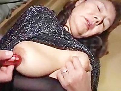 【高齢熟女】80代の婦人が豊満ボディで誘惑。巨乳の乳首をローター攻めして、繊細なアソコを刺激する激しめセックス