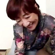 【還暦熟女動画】六十路おばさんが数年ぶりのチンポに舐めるだけじゃ物足りないと裸になって自ら生ハメ騎乗位。
