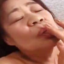 六十路の熟女がディルドで攻められ…激しくチンポを求め正常位でセックス! 熟女動画