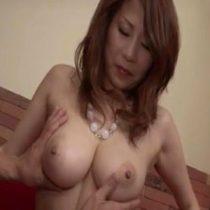 【無修正】ムチムチでFカップ巨乳の美魔女と濃厚セックス!拘束手マンで潮吹き 熟女動画