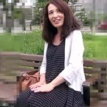 【ハメ撮り熟女動画】体系を気にするウブな50代美人妻が初撮り。生でチンポをハメられて激しく喘ぎます。