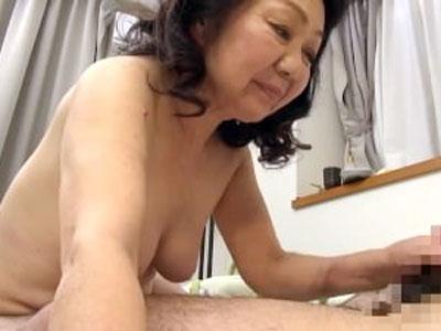【還暦熟女動画】60過ぎても性欲が強い母親が夫ではなく息子の肉棒に目をつける。豊満ボディの母親の魅力に押されて近親相姦へと発展するw