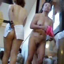 【盗撮熟女動画】スーパー銭湯の入り口で40代から80代の素人熟女の下着姿や全裸映像を隠し撮り