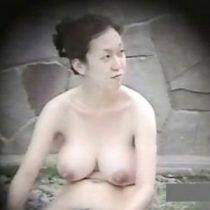 【盗撮】屋外温泉の女湯で爆乳人妻を隠し撮り、若妻から40代前後の油が乗ったおばさんたちの完熟した全裸を徹底撮影。
