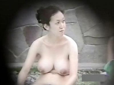 露天風呂で爆乳人妻を盗撮!若妻から40代前後の美熟女の全裸集