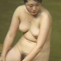 【盗撮 熟女動画】ふくよかでちょっと垂れ気味のおっぱいがリアルな奥様のリアル露天風呂を隠し撮り