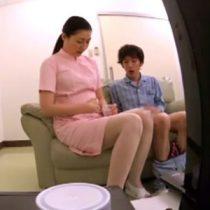【ナース 熟女動画】若い患者がAVを持ち込んでオナニーしているのを注意しにいったら何故か性処理のお手伝いをする事になった巨乳ナース