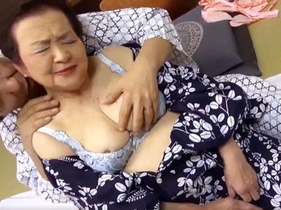 ウレマンをクンニしてもらいつつ、旦那と情熱的なセックスに溺れる還暦過ぎのぽっちゃり熟女 熟女動画