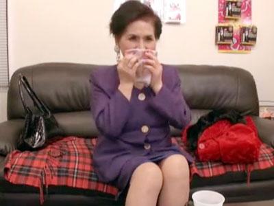 【高齢 熟女動画】デ〇ィ夫人そっくりなセレブ熟女が簡単にイッテしまう敏感おまんこを若い男達に犯されるハーレムセックス。