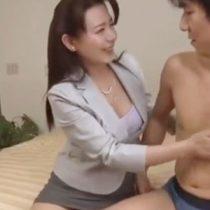 若い男達から契約をとりまくる生保レディの中出しテクニックの実態を調査 三浦恵理子 熟女動画