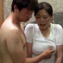 ムチムチな彼女の母親をお風呂場で…!熟女の完熟した体に我慢できず強引に襲いセックス!