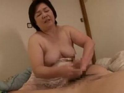 【高齢 熟女】遊びに来た孫の朝勃ちチンポをみて女として欲情した六十路祖母がちんぽをフェラします