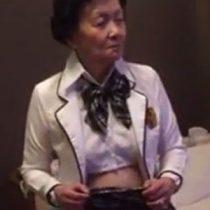 【無修正】若返った気持ちでセックスをしたい!JKの制服コスプレで80歳超えの高齢おばあちゃんとハメ撮り