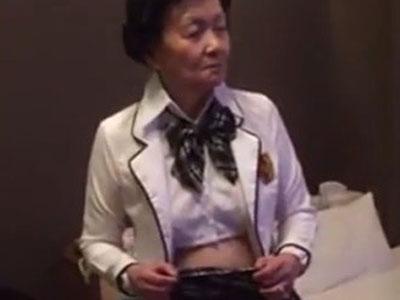 【無修正】若返った気持ちでセックスをしたいとJKの制服を着てヤっちゃう80歳超えのおばあちゃんと無修正ハメ撮り
