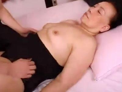 【素人】五十路と六十路のお婆さん二人が人前で裸になるの緊張するも次第にちんぽに発情してセックスの良さを思い出す