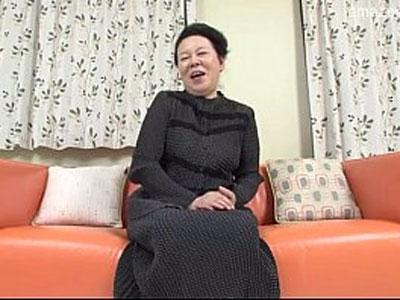 【無修正】高齢だけどセックスは大好きなおばさんが童貞の筆おろしと聞いて笑顔で気持ちよくイカせてあげると宣言したハメ撮り動画