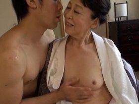 【無修正】ドMな淫乱な四十路熟女主婦がおじさん2人に拘束されて縛りプレイで3Pセックス 熟女動画