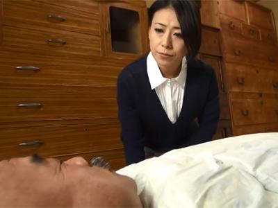 【無修正】欲求不満な美人五十路の介護ヘルパーが寝たきりの老人チンポに発情、白昼から誘惑して騎乗位セックスで善がり狂う