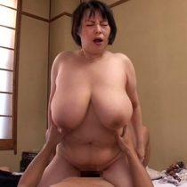 五十路の豊満巨乳の人妻が息子と近親相姦セックス!爆乳おっぱいでパイズリさせ妖艶な体を弄ぶ!