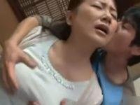 【ハメ撮り】数年ぶりに家に遊びに来た息子の友人に迫られ、童貞ちんぽに女を教える五十路熟女。