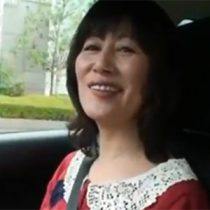 【無修正】出会い系サイトで知り合った美脚五十路人妻と初めてのドライブデート、運転中にマッサージと称してセクハラしたら下半身が濡れてきて・・・