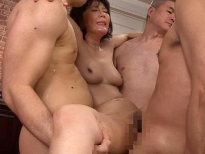 レイプされた時の快楽が忘れられない四十路熟女が乱交パーティーを開催して中出しセックスで善がりまくり