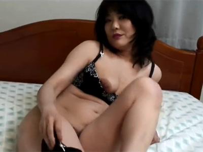 【無修正】Sっ気ある淫乱な五十路熟女がドMの若者を誘惑し中出しハメ撮りセックスで善がりまくり
