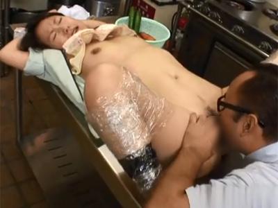 【無修正 レイプ】パートで働いてるおとなしい感じの主婦の弱みを握ってセックス強要する鬼畜店長