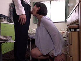 【円城ひとみ】巨乳の家庭教師に谷間に勃起した学生!我慢できず襲い、そのまま机の上でガン突きセックス 熟女動画