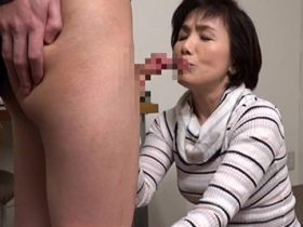 【無修正】極太な外国人ちんぽをおいしそうにむしゃぶりつく淫乱四十路主婦 熟女動画