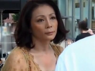 五十路の素人熟女をナンパ!欲求不満なのか積極的に攻めて来たので、電マでお返しして激しくセックス 熟女動画