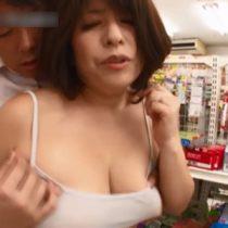 コンビニで働くムチムチ体型で爆乳おっぱいのパート主婦が弱みを握られ店内でセクハラされまくり 折原ゆかり 熟女動画