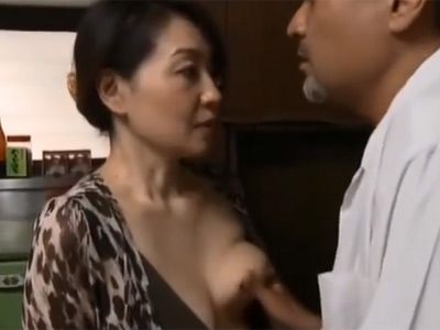性に飢えた五十路熟女が自宅にやって来た郵便配達員を誘惑して白昼から浮気セックス ヘンリー塚本 熟女動画