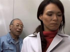 マンション管理人に浮気現場を盗撮された団地妻がそれをネタに脅迫されてしまい・・・ 熟女動画