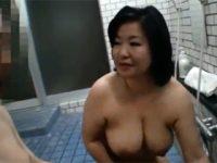 銭湯で清掃員として働いている巨乳おっぱいの五十路熟女が全裸で男湯に入浴して男性客を誘惑 熟女動画