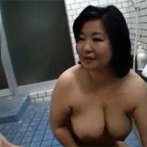 ぽっちゃり五十路マダムが男湯に乱入するドッキリ企画で淫らなボディと巨乳おっぱいを使って男性客を誘惑 熟女動画