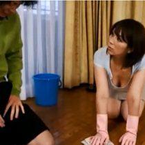 掃除中に屈んで胸チラしてた母親のおっぱいで勃起してしまった息子と母子相姦中出しセックス 翔田千里 熟女動画