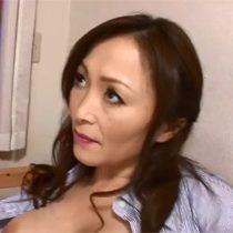 【無修正】色気むんむんな母親が息子に電動歯ブラシやバイブを使ってセックスのお勉強する近親相姦 熟女動画
