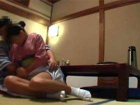 旅館の巨乳女将をタチの悪い男性客が部屋に呼び出して強引にセックスする一部始終の盗撮映像 熟女動画