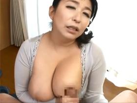 【折原ゆかり】巨乳の母親が息子のチンポを挟み込みパイズリ!欲求不満なのか、お風呂場でクチュくチュ音を立てオナニー 熟女動画
