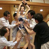閉店後のサービスで複数の男性客のチンポに奉仕してくれる美人女将!【片瀬仁美】