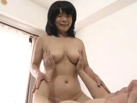 生チンコを挿入され女の悦びを思い出したむっちり素人五十路専業主婦の不倫セックス 熟女動画