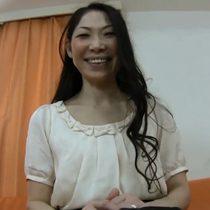 【無修正】笑顔が素敵なアラフィフ素人主婦が初めてのAV出演して感じ過ぎて潮吹き 熟女動画