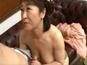 爆乳おっぱいの五十路主婦が童貞チンポを淫語責めしながら手コキフェラ 熟女動画