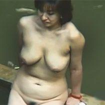 露天風呂に入浴に来た爆乳おっぱいの素人熟女を覗きスポットから盗撮 熟女動画