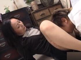 ヤンキーなのにマザコンの息子に求められ母子相姦セックスしてしまう欲求不満な母親 熟女動画