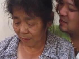 おん年73歳の普通のおばあちゃんがAVデビュー!〇十年ぶりの男とのセックスで閉経マンコがヌレヌレ 熟女動画