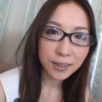 【無修正】旦那は知らないスレンダー眼鏡美人妻の一面…刺激を求めてAV初出演! 熟女動画